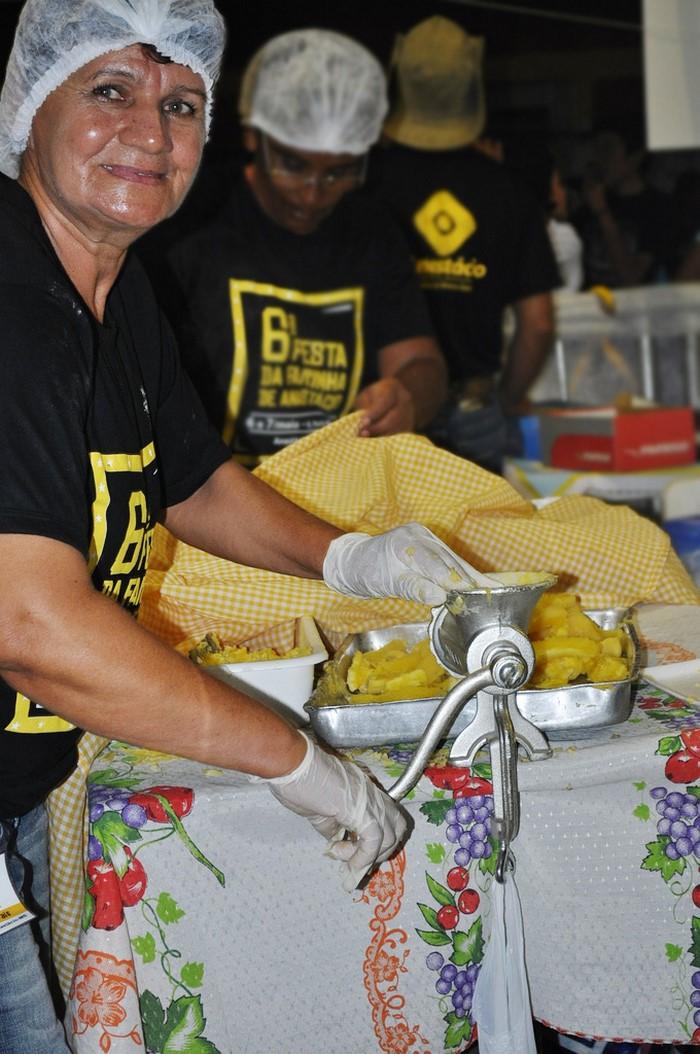 Dona Julia, preparando a massa da coxinha de mandioca, uma das comidas preferidas da festa